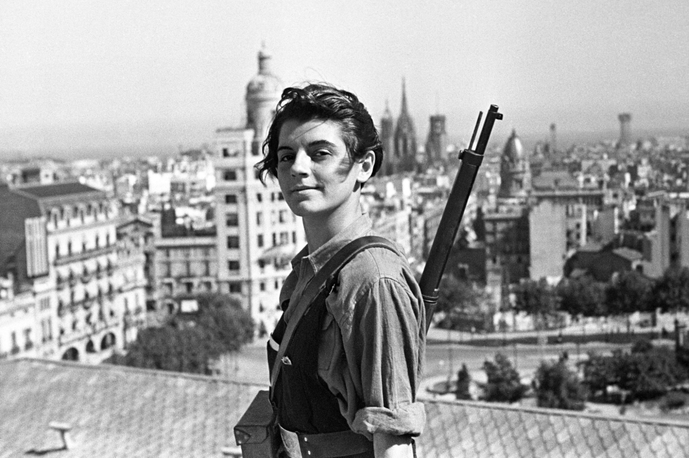 ©Juan Guzman/EFE/MAXPPP- Barcelona Spain 21/07/1936 ; File picture dated on 21 July 1936 that shows the armed militias woman Marina Ginesta member of the Comunist Catolonian Young member (JSU in Spanish symbols) posing in the Colon's hotel terracein Barcelona, Catalonia, Spain. Marina Ginesta has died last monday 6 January 2014 at 94 years old, but her image was one of the iconic pictures of the Spanish Civil War (1936-1939). EFE/Juan Guzman (MaxPPP TagID: maxnewsfrtwo950212.jpg) [Photo via MaxPPP]